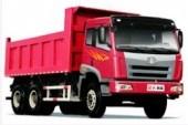 Raudonas sunkvežimis su varikliu